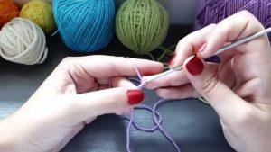 manos tejiendo